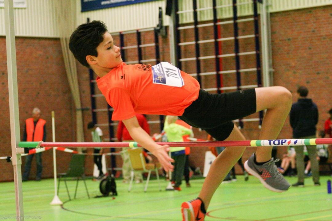 Kian Sanches springt 1.20 mtr hoog