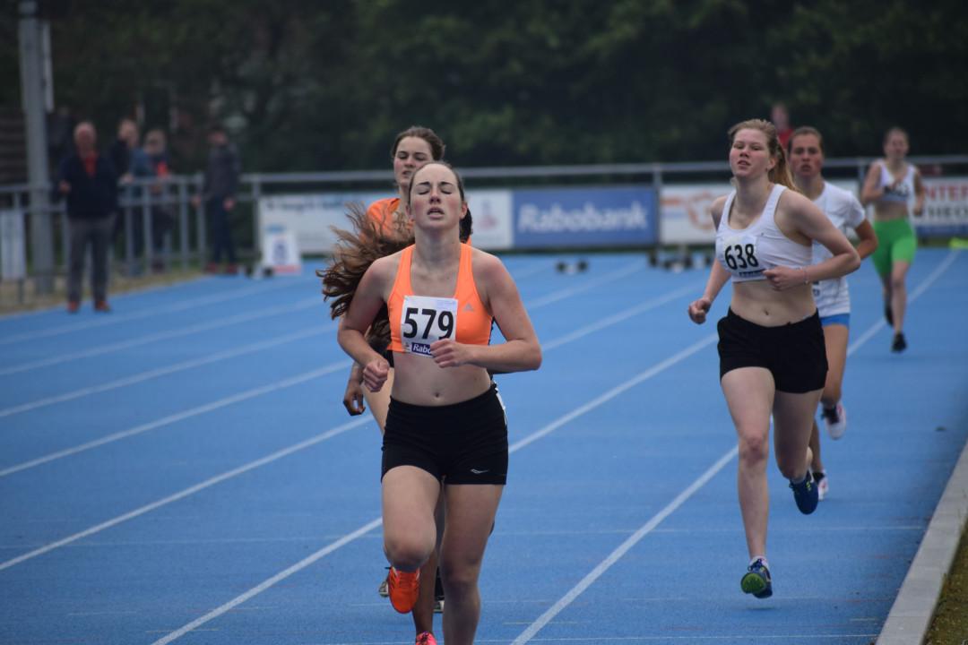 Chelsea Pantelic wint de serie  800 mtr in een tijd van 2.39,42 min