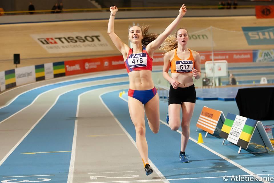 Foto: Noor Kuilboer (517) finisht vlak achter de winnares Anouk van Gils op de 1500 meter