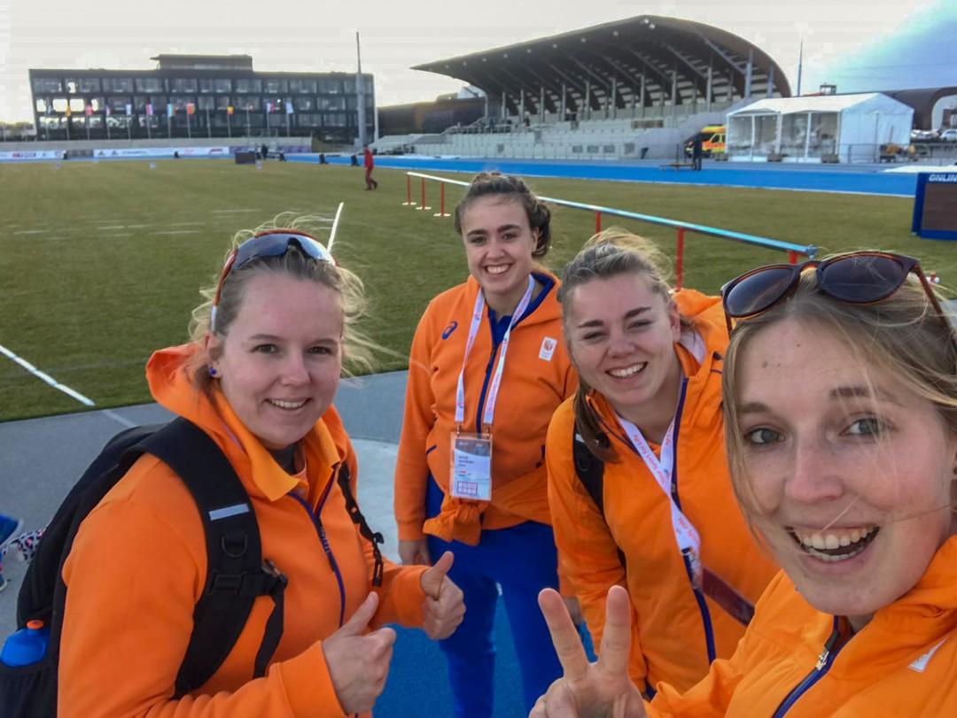 Links Jessica Schilder met haar collega atleten in Samorin  (Foto van Facebook)