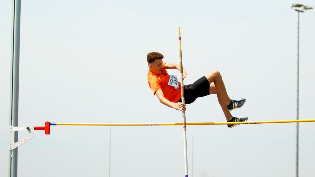 Lennart Boogaard springt over 3,10 meter.