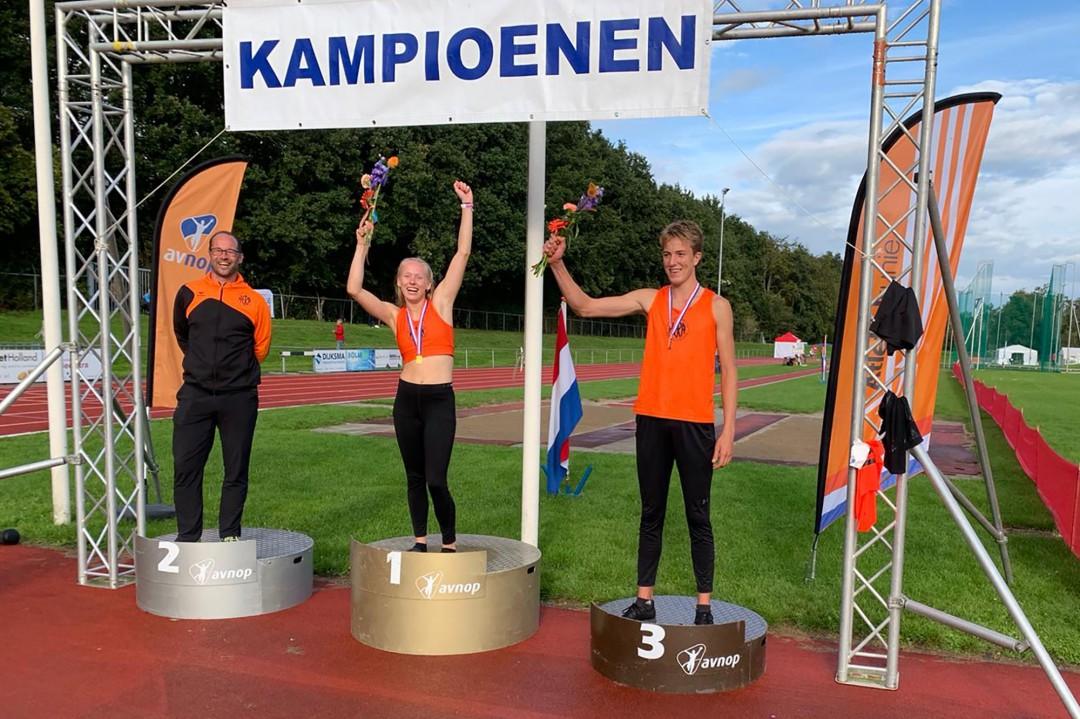 Links trainer/coach Robin Korving naast Julia Jongejeugd (midden) en Jeffe Tesselaar (rechts)